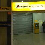"""""""Ihre Herzlich Willkommen Bank"""" wirbt die Postbank vor einer geschlossenen Postbank Filiale: Postbank-Kunden stehen die meiste Zeit vor verschlossenen Filialen. <br>Wozu sind Sie noch bei einer Filialbank? Direktbanken sind 24 Stunden am Tag geöffnet – inklusive kostenloser Hotline!"""